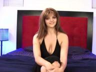 Vidéo porno mobile : Casting et interview d'une brunette à forte poitrine